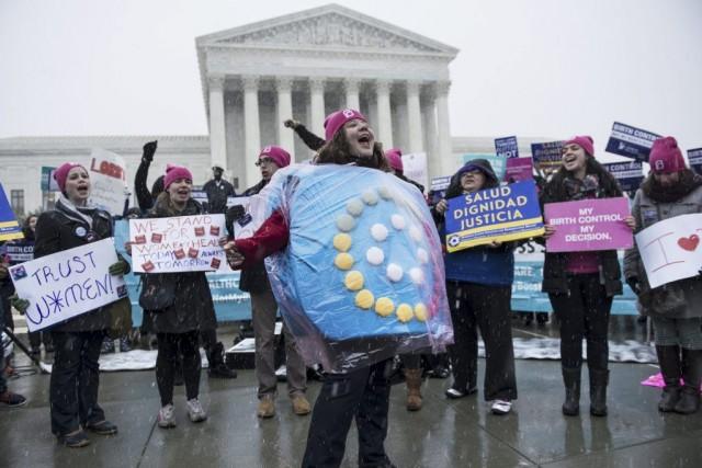 Des activistes manifestent devant la Cour suprême des... (PHOTO BRENDAN SMIALOWSKI, ARCHIVES AFP)