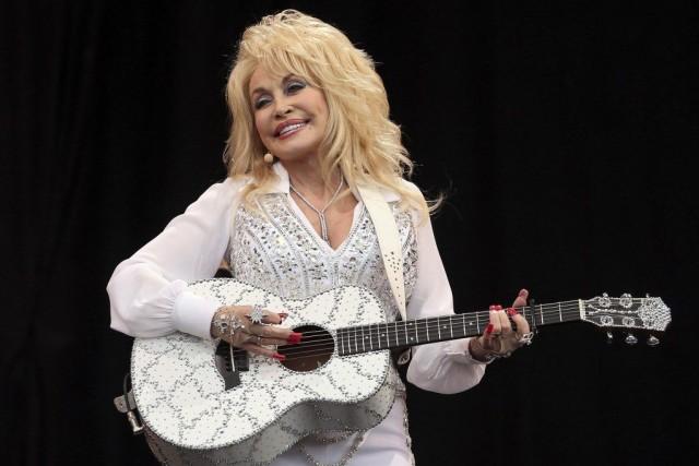 Dolly Parton a confié à la foule avoir... (PHOTO CATHAL MCNAUGHTON, REUTERS)