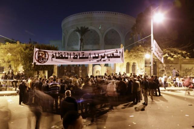 Des manifestants devant le palais présidentiel égyptien au... (Photo Hassan Ammar, Archives AP)