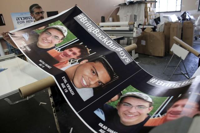Les trois jeunes Israéliens enlevés le 12 juin... (PHOTO AHMAD GHARABLI, AFP)