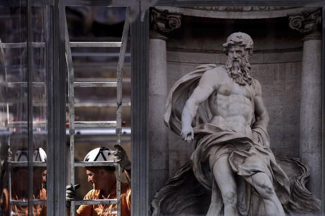 Un homme travaille à la restauration de la... (PHOTO FILIPPO MONTEFORTE, AGENCE FRANCE-PRESSE)