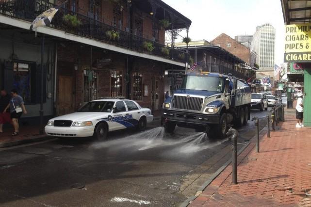 Une voiture de police est stationnée sur larue... (Photo Benjamin Alexander-Bloch, AP)