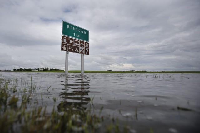 Une route inondée près de Brandon, au Manitoba.... (PHOTO JOHN WOODS, ARCHIVES PC)