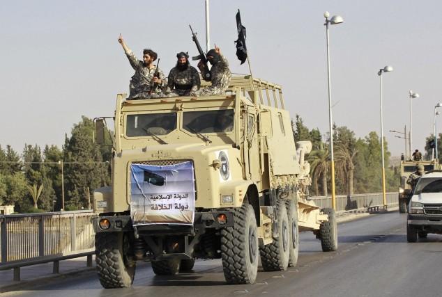 Des militants islamistes célèbrent la proclamation d'un califat... (Photo REUTERS)
