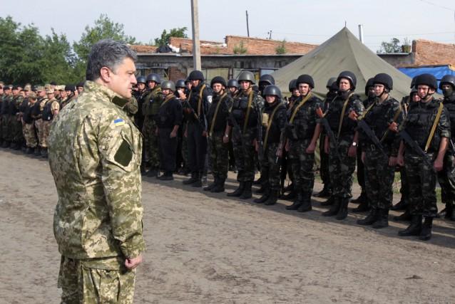 Le président ukrainien Petro Porochenko devant des troupes... (PHOTO MYKHAILO MARKIV, ARCHIVES ASSOCIATED PRESS)