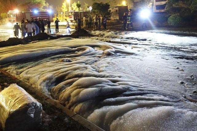 Au moins 20 000 personnes ont été chassées de chez elles quand un pipeline a... (Photo CHINA DAILY, REUTERS)