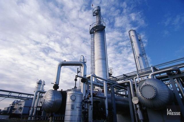 Les cours du pétrole baissaient mardi en fin... (PHOTO ARCHIVES LA PRESSE)