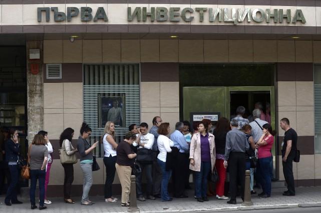 L'accès de panique des épargnants bulgares provoqué, par... (PHOTO NIKOLAY DOYCHINOV, AFP)