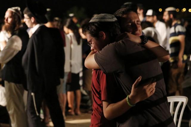 De jeunes israéliens pleurent la mort de leurs... (PHOTO FINBARR O'REILLY, REUTERS)