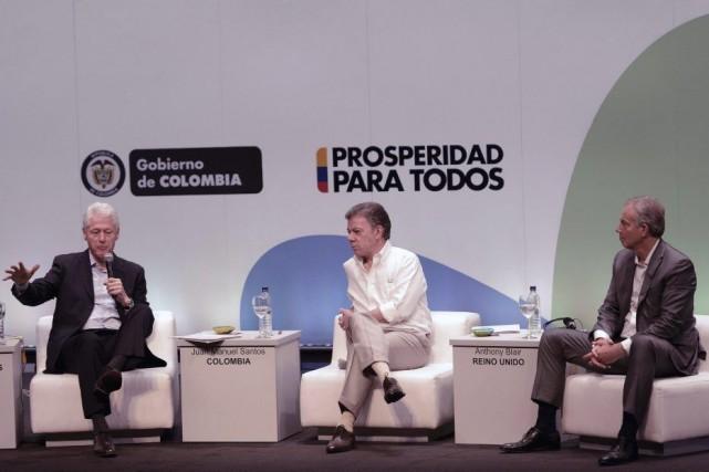 Le président colombien Juan Manuel Santos (au centre)... (PHOTO MANUEL PEDRAZA, AFP)