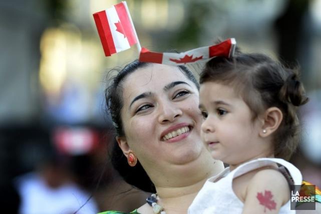 À Montréal, plusieurs personnes portaient le rouge et... (Photo Bernard Brault, La Presse)