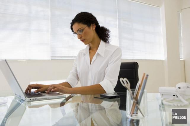 La posture assise prolongée peut devenir à la... (Archives La Presse)