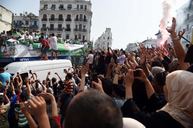 L'autobus de l'équipe algérienne a été suivi par... (Photo Farouk Batiche, AFP)