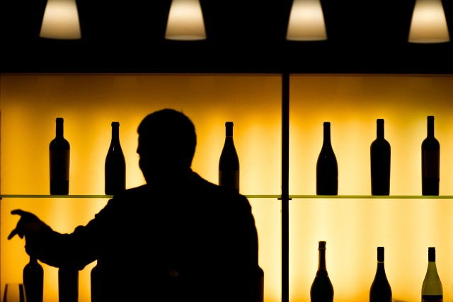 Dans les bars, cafés et restaurants, la consommation... (Photo PHILIPPE LOPEZ, AFP)