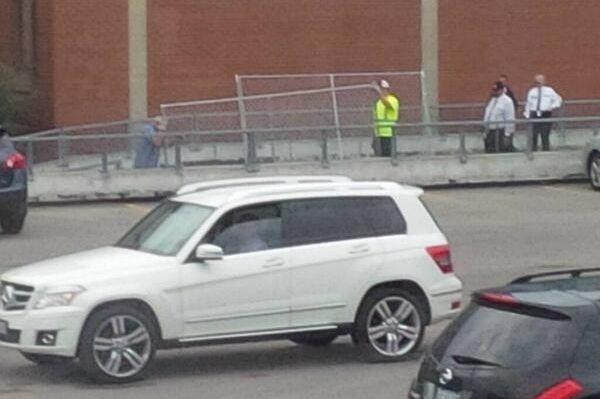 Des travailleurs installent une clôture autour des bureaux... (Photo Twitter)