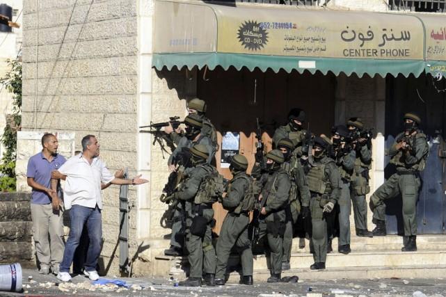 Un Palestinien argumente avec des membres de la... (PHOTO MAHMOUD ILLEAN, AP)