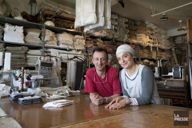 Les deux propriétaires de la boutique L'Atelier du... (PHOTO HUGO-SÉBASTIEN AUBERT, LA PRESSE)