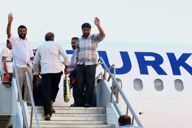 Les ex-otages turcs sur le tarmac de l'aéroport... (PHOTO ASSOCIATED PRESS)