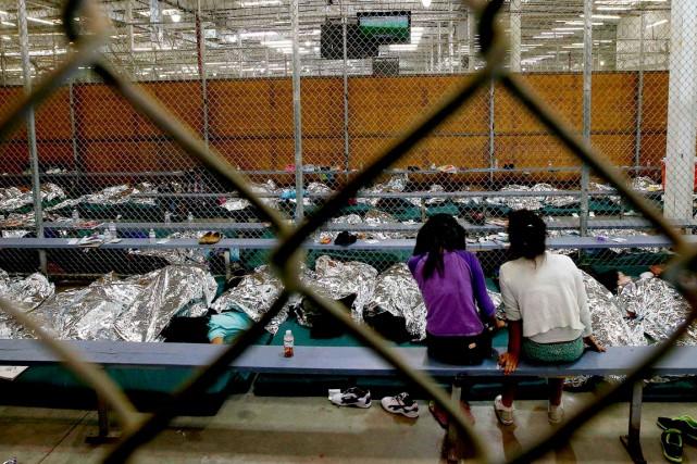 Des enfants originaires d'Amérique centrale dorment dans un... (Photo Ross D. Franklin, Reuters)