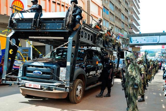 Des soldats et des policiers lourdement armés se... (PHOTO PETER BUSOMOKE, AGENCE FRANCE-PRESSE)