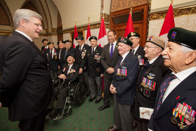 Stephen Harper rencontrant des anciens combattants.... (Photo d'archives)