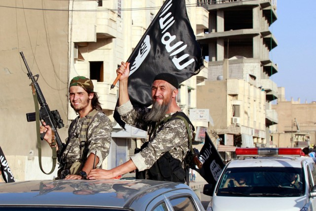 Des combattants de l'État islamique (EI) paradent dans... (PHOTO ARCHIVES REUTERS)