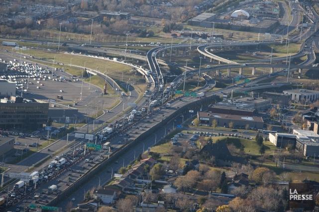 Vue aérienne de l'autoroute 40, qui traverse Montréal... (Photo Ivanoh Demers, archives La Presse)