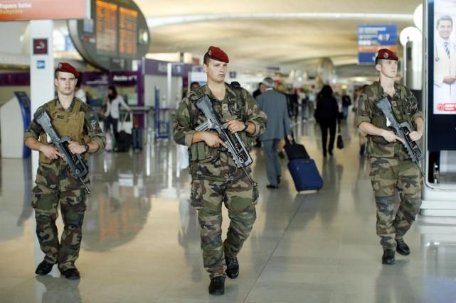 Des soldats français patrouillent dans l'aéroport Charles de... (PHOTO BENOIT TESSIER, REUTERS)
