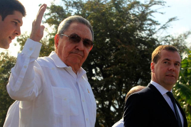 Raul Castro (à gauche) était accompagné deDmitri Medvedev... (PHOTO ENRIQUE DE LA OSA, ARCHIVES REUTERS)