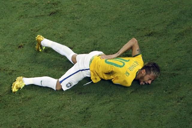 Neymar s'est tordu de douleur après s'être fracturé... (Photo Fabrizio Bensch, Reuters)