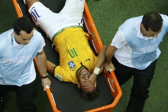 Neymara quitté le terrain sur une civière, victime... (PHOTO FABRIZIO BENSCH, REUTERS)