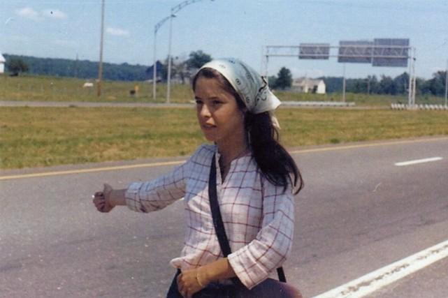 Michèle Ouimet faisant du pouce pour se rendre... (PHOTO FOURNIE POUR MICHÈLE OUIMET)
