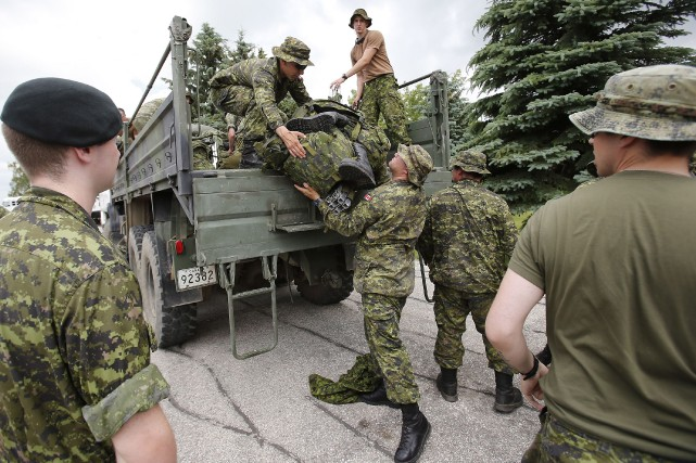 Les soldats réservistes devront protéger environ 300 maisons... (Photo John Woods, La Presse Canadienne)