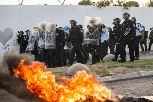 Des policiers israéliens tentent de repousser des manifestants....