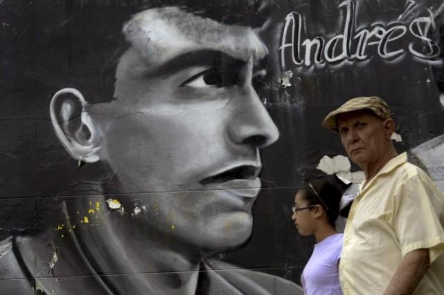 Des passants marchent àMedellín devant une murale créée... (PHOTO RAUL ARBOLEDA, AFP)
