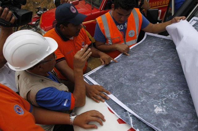 Une équipe de la Sécurité civile discute lors... (Photo Jorge Cabrera, Reuters)