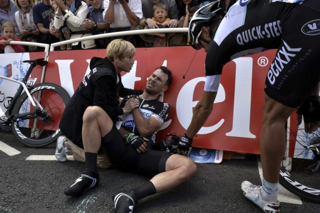 Mark Cavendish a été victime d'une violente chute... (PHOTO JEFF PACHOUD, AFP)
