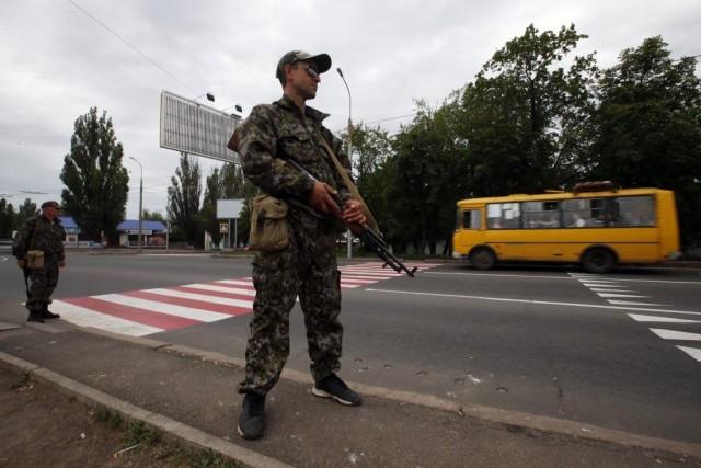 Un soldat prorusse monte la garde à un... (PHOTO MAXIM ZMEYEV, REUTERS)