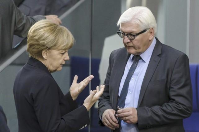 La chancelièreAngela Merkel discute avec leministre des Affaires... (PHOTO CLEMENS BILAN, AFP)