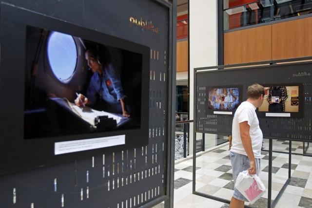 Un homme regarde des photos dans le cadre... (PHOTO LAI SENG SIN, AP)