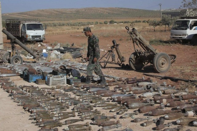 Les troupes de Bachar al-Assad exposent des armes... (PHOTO GEORGE OURFALIAN, REUTERS)