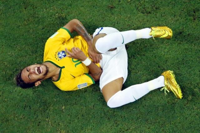 Neymar souffre d'une fracture à une vertèbre et... (PHOTO FABRIZIO BENSCH, AP)