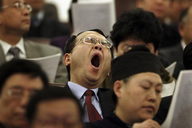 Un délégué chinois tombe de fatigue lors d'un... (Photo Andy Wong, Associated Press)