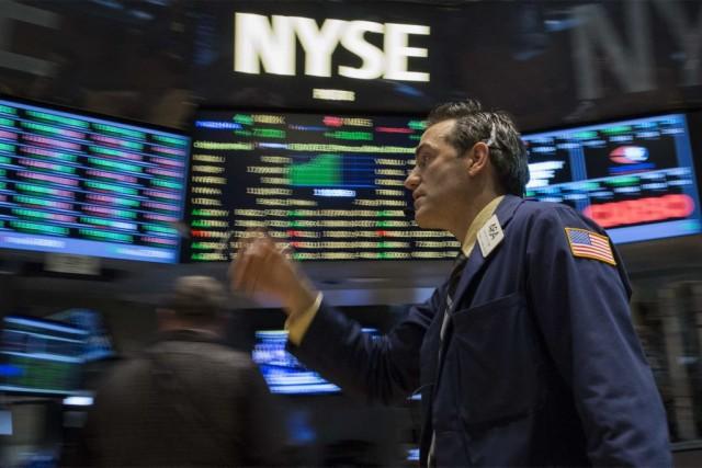 Lundi matin, les principaux indices reculaient, «les investisseurs... (PHOTO BRENDAN MCDERMID, REUTERS)