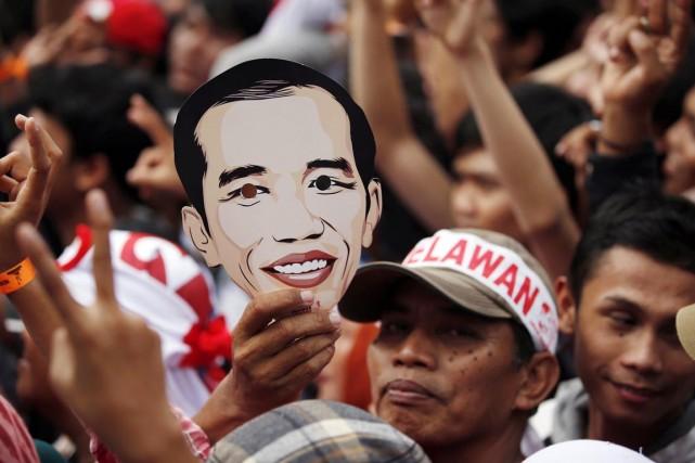 Un partisan de Joko Widodo brandit un masque... (PHOTO DARREN WHITSIDE, ARCHIVES REUTERS)