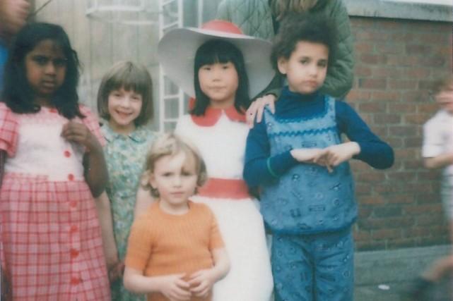 La petite Frédérique (à droite) dans son enfance.... (Photo fournie par Frédérique Bedos)