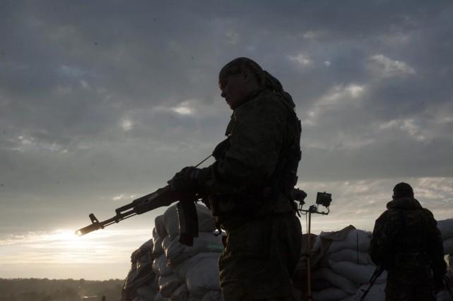 Volontaires locaux dépités ou combattants très professionnels, les... (PHOTO EVGENIY MALOLETKA, ARCHIVES AP)