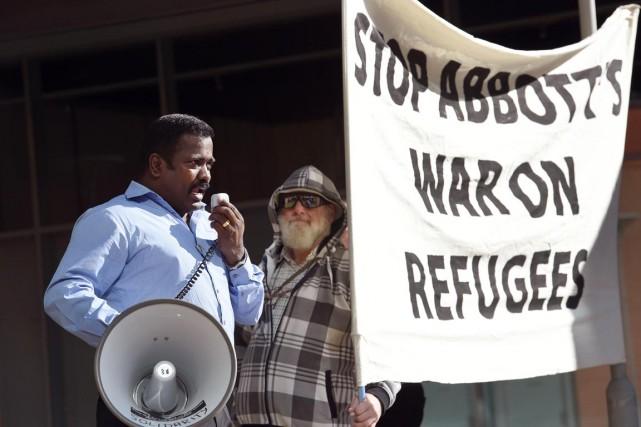Un militant manifeste contre le traitement réservé par... (PHOTO WILLIAM WEST, ARCHIVES AFP)