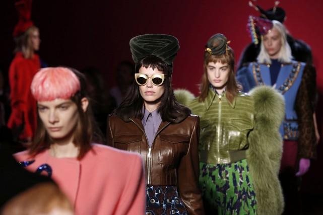Chez Schiaparelli,les coiffes rappellent cet univers du cirque... (Photo FRANCOIS GUILLOT, AFP)