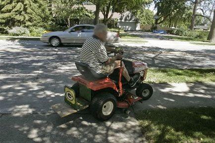 La puissance d'un tracteur-tondeuse est telle qu'il peut... (PHOTO ARCHIVES ASSOCIATED PRESS)